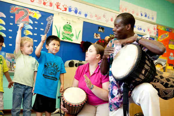 Musician and Wolf Trap Teaching Artist Kofi Dennis teaches counting through the arts concept of steady beat. Credit Scott Suchman.