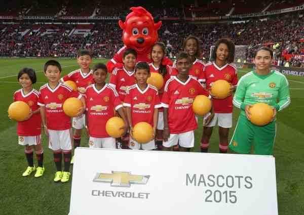 भारत के बच्चे मैनचेस्टर के ओल्ड ट्रेफर्ड मैदान पर मैसकोट्स बने