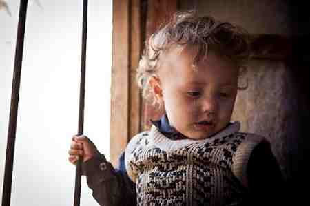 A young child inside her house in the Muhamasheen area of Mathbah, in Sana'a, Yemen. 2 November 2015.