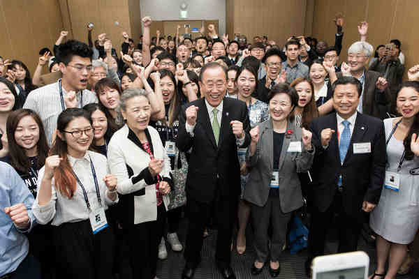 Youth attending the sixty-sixth UN DPI/NGO Conference in Gyeongju, Republic of Korea, flank Secretary-General Ban Ki-moon during a social media moment at a youth caucus event. Credit: UN Photo / Mark Garten