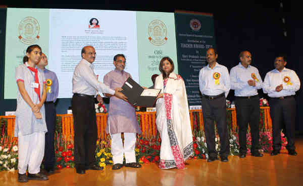 Upendra Kushwaha felicitating a teacher, on the occasion of the CBSE Teachers' award 2015, in New Delhi on September 03, 2016