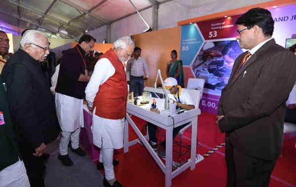 The Prime Minister, Shri Narendra Modi visiting a Skill Exhibition, in Kanpur, Uttar Pradesh on December 19, 2016.