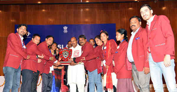Dr. Virendra Kumar giving away the trophy of overall best performing team to Chhattisgarh, at the closing ceremony of the weeklong festival 'Hausla 2017', in New Delhi on November 20, 2017