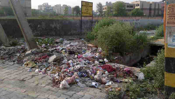 Another dangerous site spreading filth and pollution just near a Delhi government school building. Photo: Rakesh Raman
