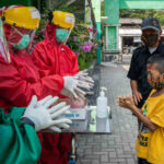 Health workers demonstrate proper handwashing to a child patient at the Bayat Community Health Centre in Klaten, Central Java, Indonesia. Photo: UNICEF